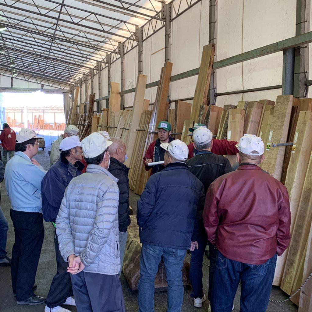 木材市場での競り風景