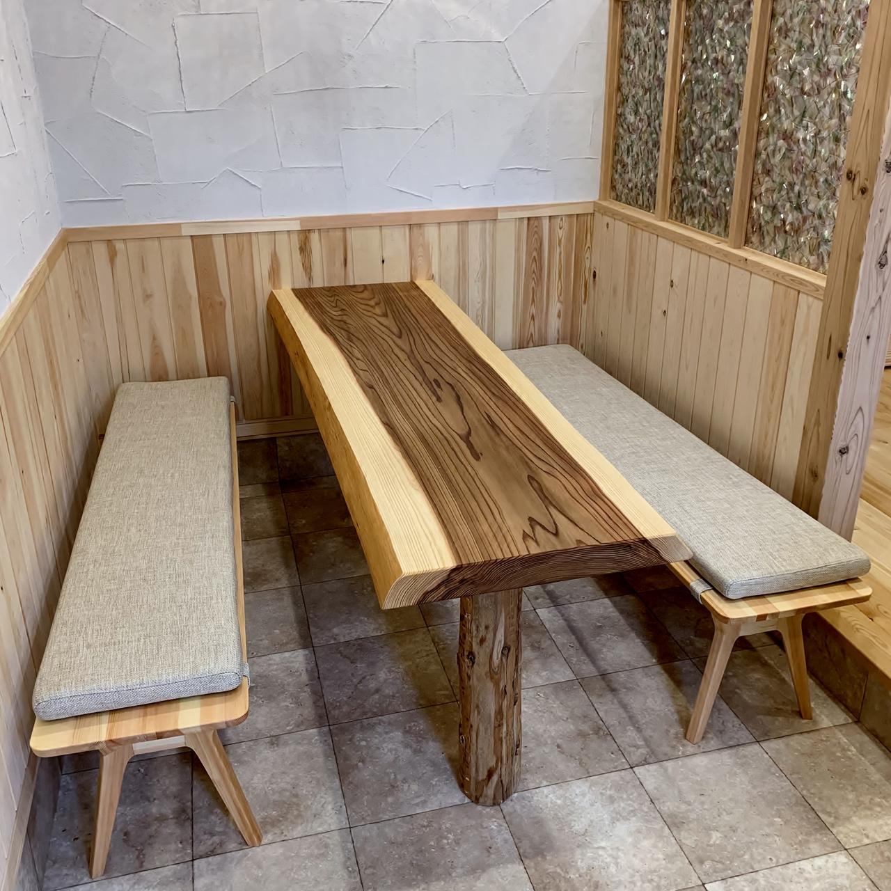 かわった色の杉一枚板×ミーティングルームのテーブル