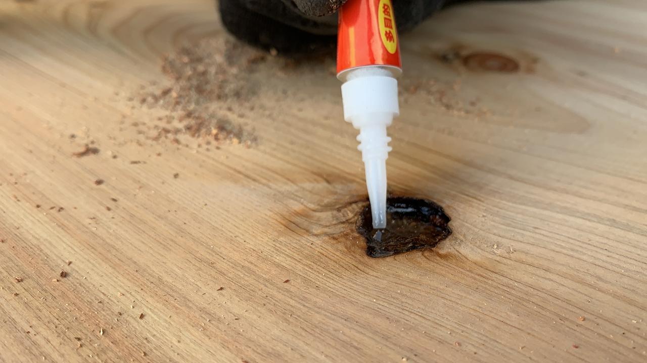 一枚板の割れ、抜け節の補修方法